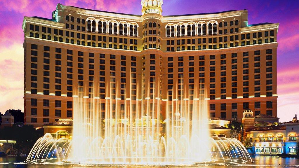 Bellagio Casino mostrando un estanque, una fuente y un casino