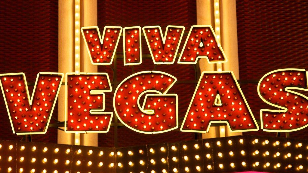 Fremont Street Experience mostrando señalización y un casino