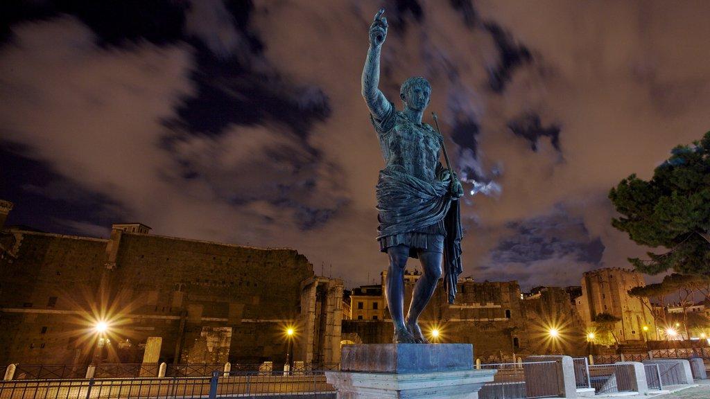 Roma que incluye una estatua o escultura, escenas nocturnas y un monumento