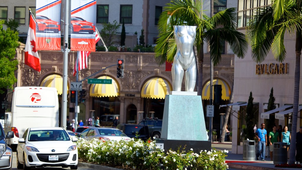 Rodeo Drive showing a city, outdoor art and street scenes