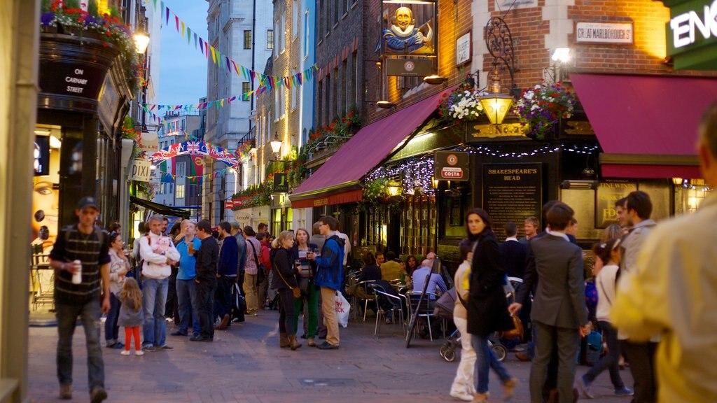 West End ofreciendo escenas urbanas y una ciudad y también un gran grupo de personas