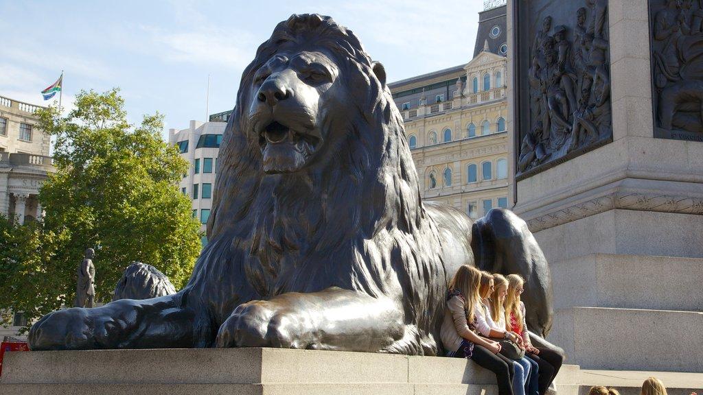 Trafalgar Square ofreciendo una estatua o escultura, arte al aire libre y una ciudad