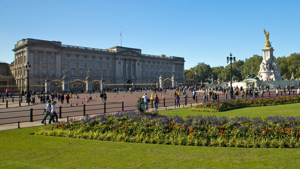 Buckingham Palace showing a monument, a city and a castle