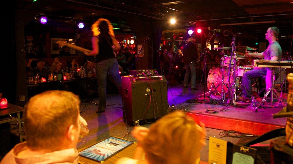 Seattle que incluye música, vida nocturna y vistas interiores
