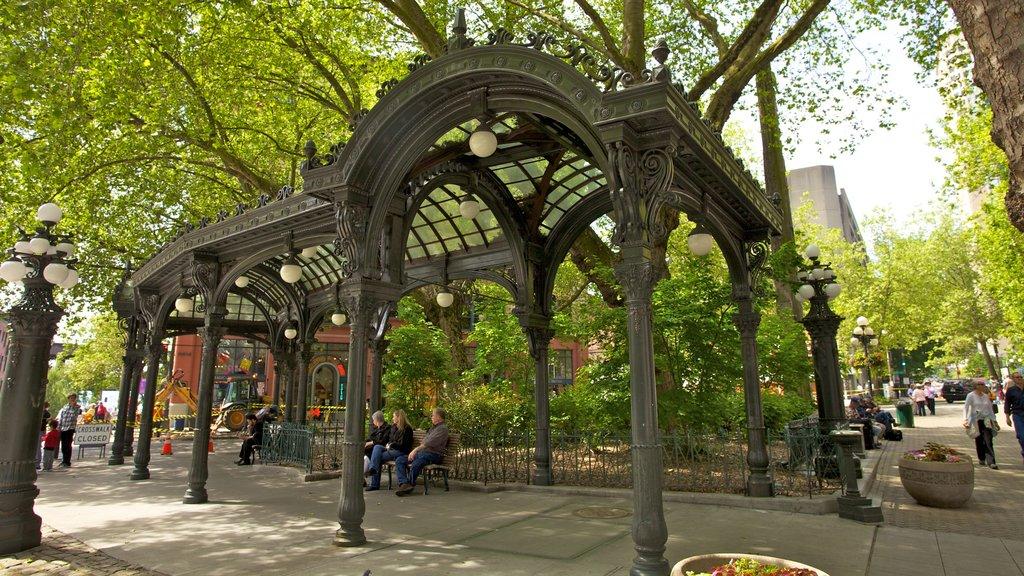 Pioneer Square mostrando un parque o plaza