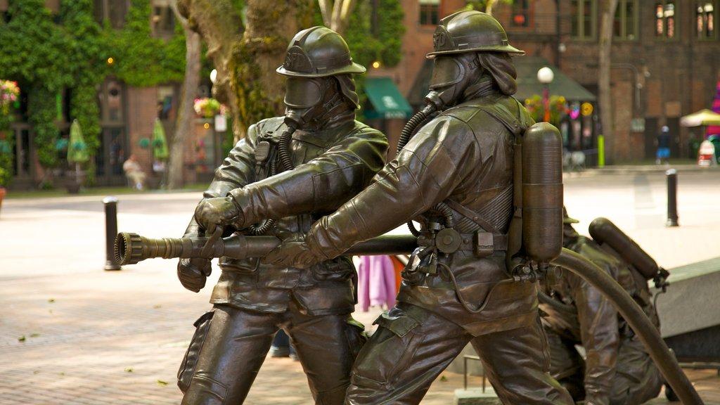 Pioneer Square ofreciendo una estatua o escultura, una ciudad y un monumento