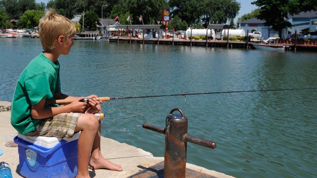 Chatham mostrando pesca y una bahía o puerto y también un niño