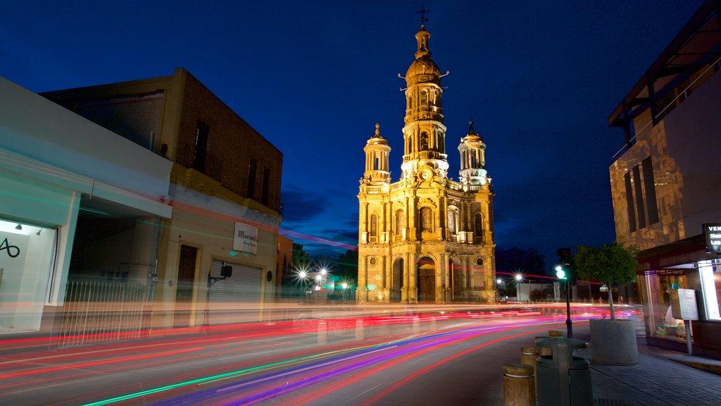 Plaza en Aguascalientes mostrando patrimonio de arquitectura, una iglesia o catedral y escenas nocturnas
