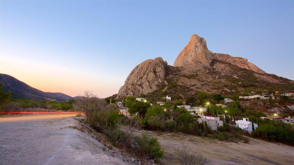 Peña de Bernal ofreciendo una puesta de sol, montañas y escenas tranquilas