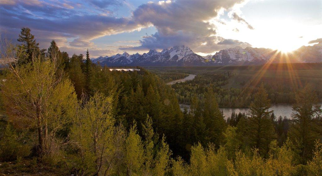 Parque Nacional Grand Teton ofreciendo vistas de paisajes, una puesta de sol y escenas tranquilas