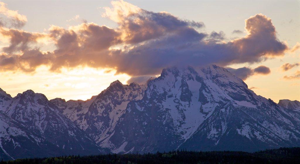 Parque Nacional Grand Teton ofreciendo montañas, una puesta de sol y nieve