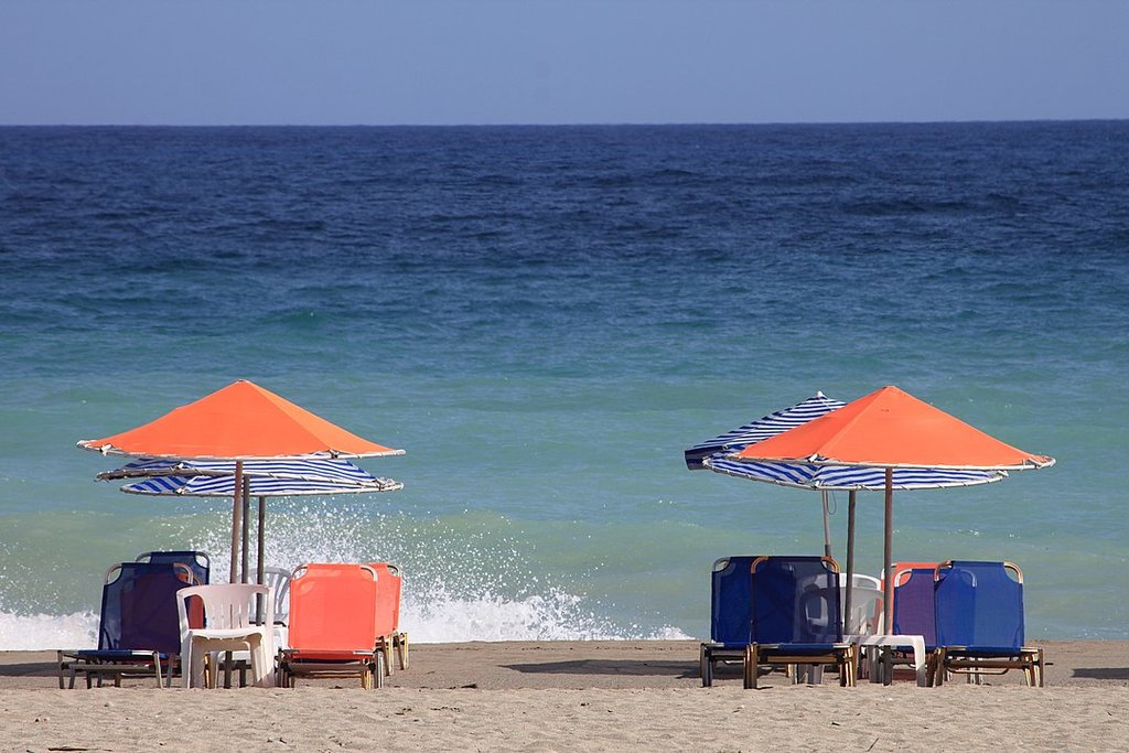 Platanias Beach By Eugeniy L, CC BY 3.0, https://commons.wikimedia.org/w/index.php?curid=54986293