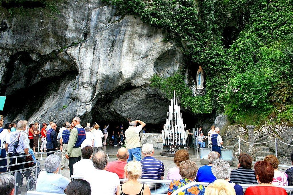 Pèlerinage à la grotte de Lourdes. Hautes-Pyrénées. By Espirat - Own work, CC BY-SA 4.0, https://commons.wikimedia.org/w/index.php?curid=66482630