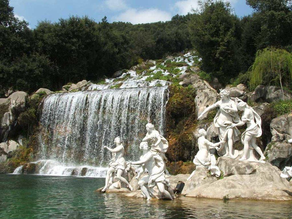 La cascata nel grandioso Parco della Reggia di Caserta - By Twice25 & Rinina25 (Own work), via Wikimedia Creative Commons
