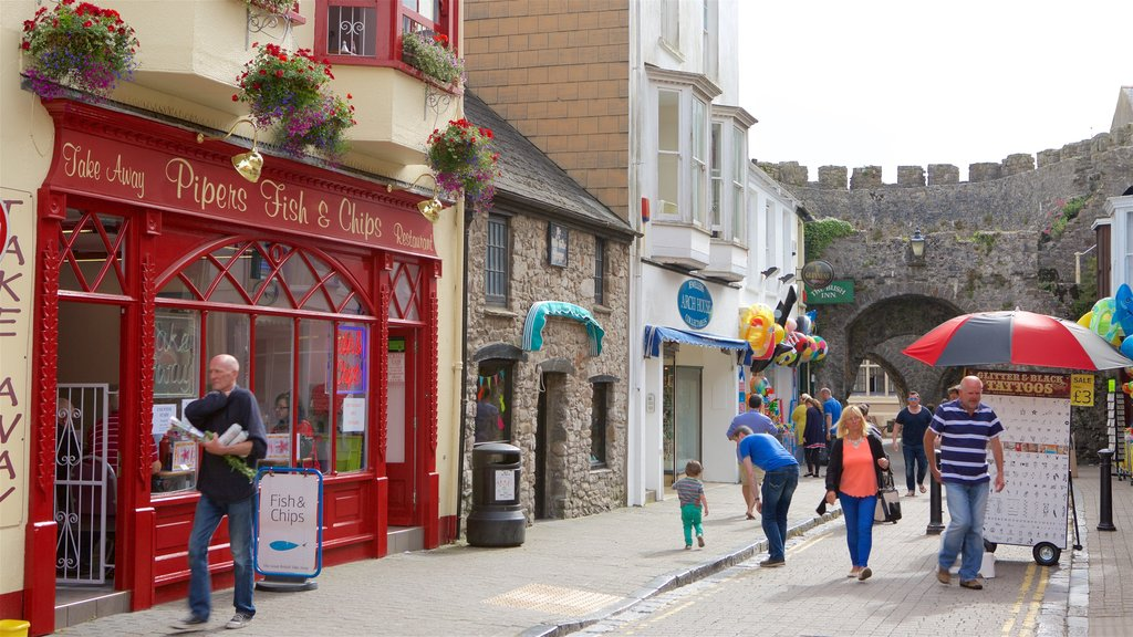 Tenby showing a small town or village, street scenes and heritage elements