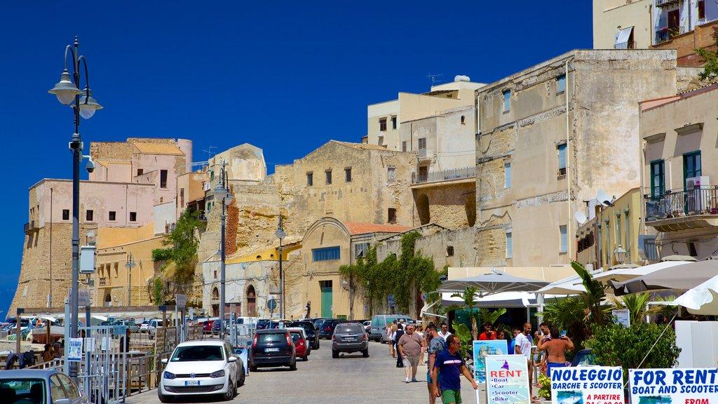 Castellammare del Golfo caracterizando elementos de patrimônio, uma cidade litorânea e cenas de rua