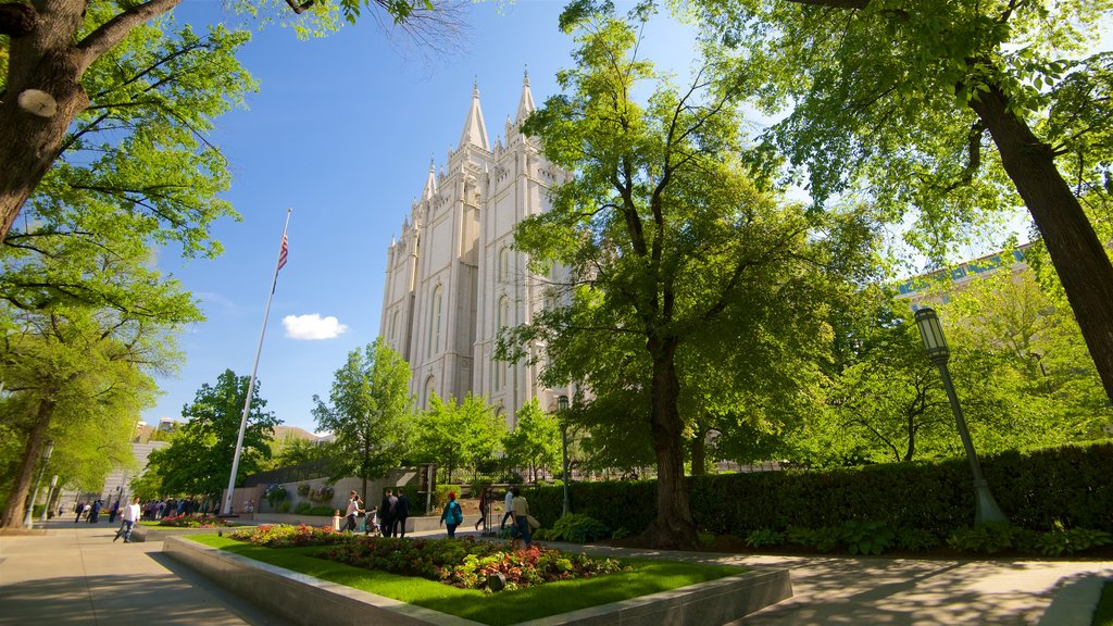 Salt Lake Temple which includes a square or plaza and heritage architecture