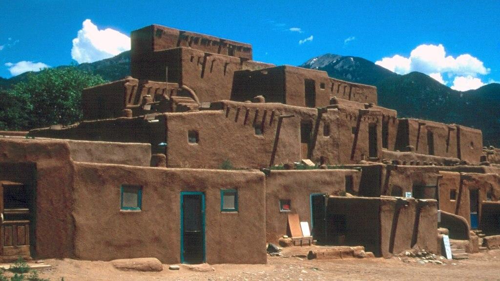 Taos ofreciendo patrimonio de arquitectura y elementos del patrimonio