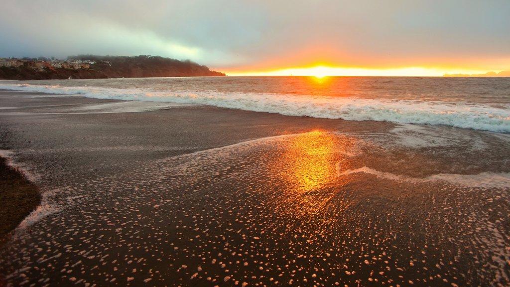 Parque Presidio of San Francisco mostrando una playa, vistas de paisajes y una puesta de sol