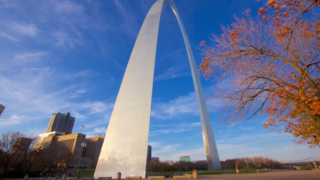St. Louis which includes modern architecture, fall colors and a city