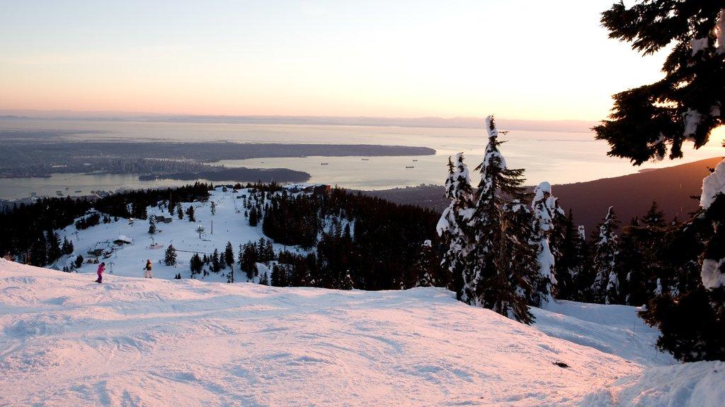 Montaña Grouse ofreciendo nieve, vistas de paisajes y una puesta de sol