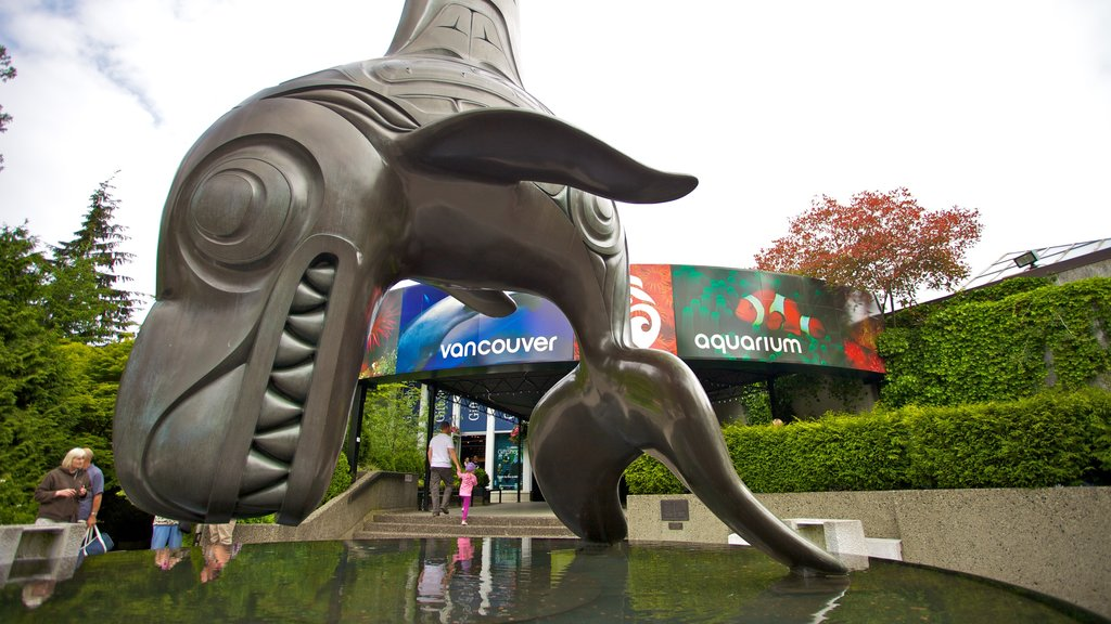 Stanley Park que inclui vida marinha, uma estátua ou escultura e uma fonte