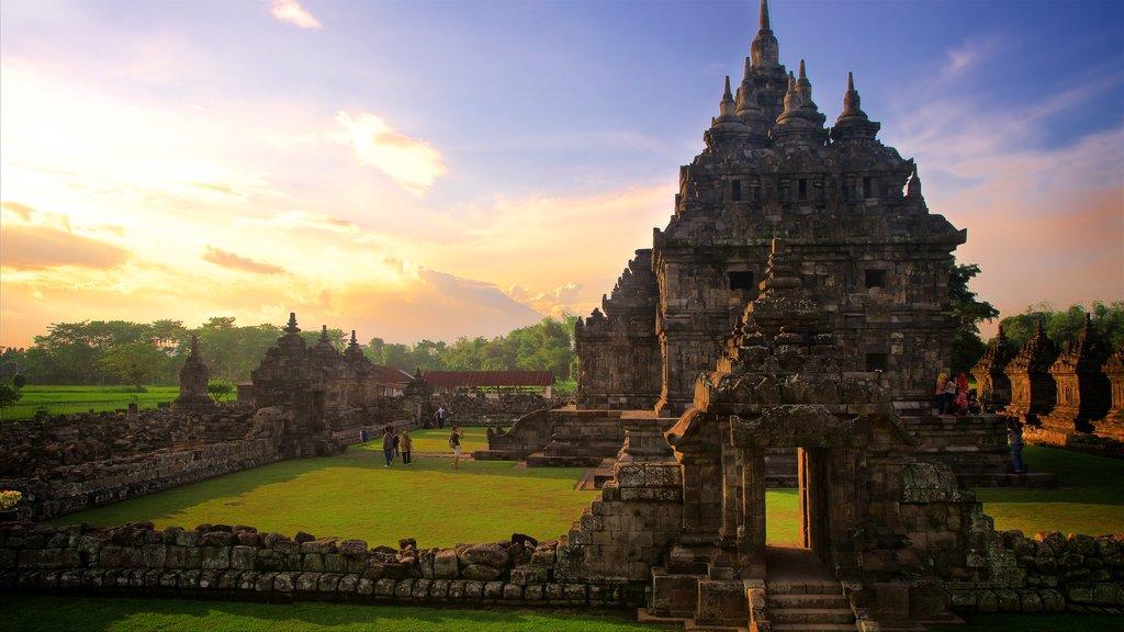 Prambanan mostrando patrimonio de arquitectura, una puesta de sol y elementos del patrimonio