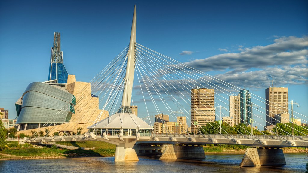 Winnipeg que incluye un puente, arquitectura moderna y una ciudad