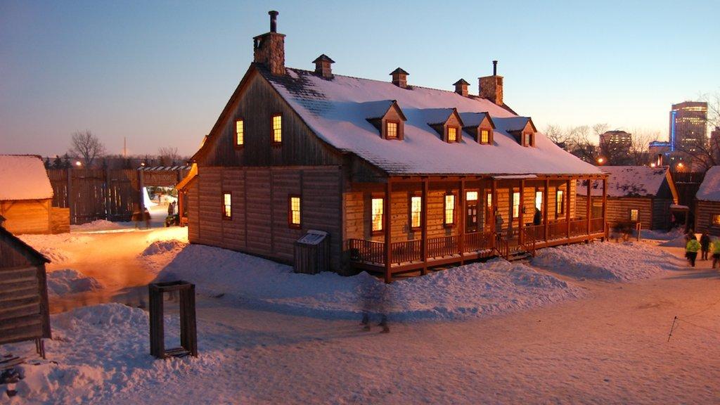 Winnipeg mostrando nieve y una pequeña ciudad o pueblo
