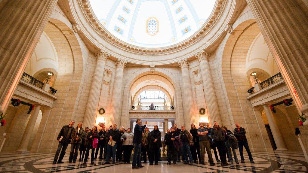 Winnipeg ofreciendo patrimonio de arquitectura y vistas interiores y también un pequeño grupo de personas