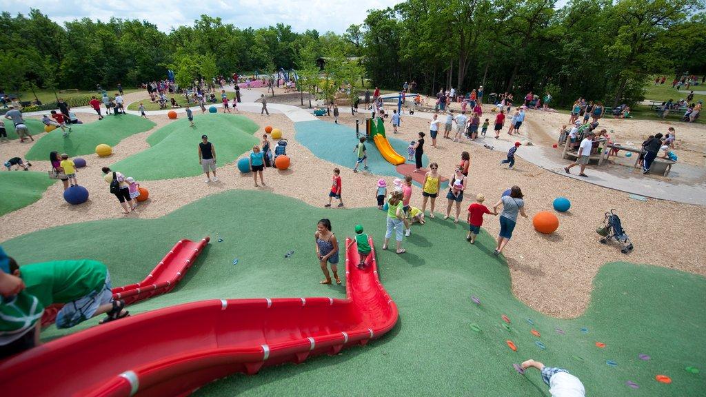 Winnipeg que incluye un parque y un parque infantil y también niños