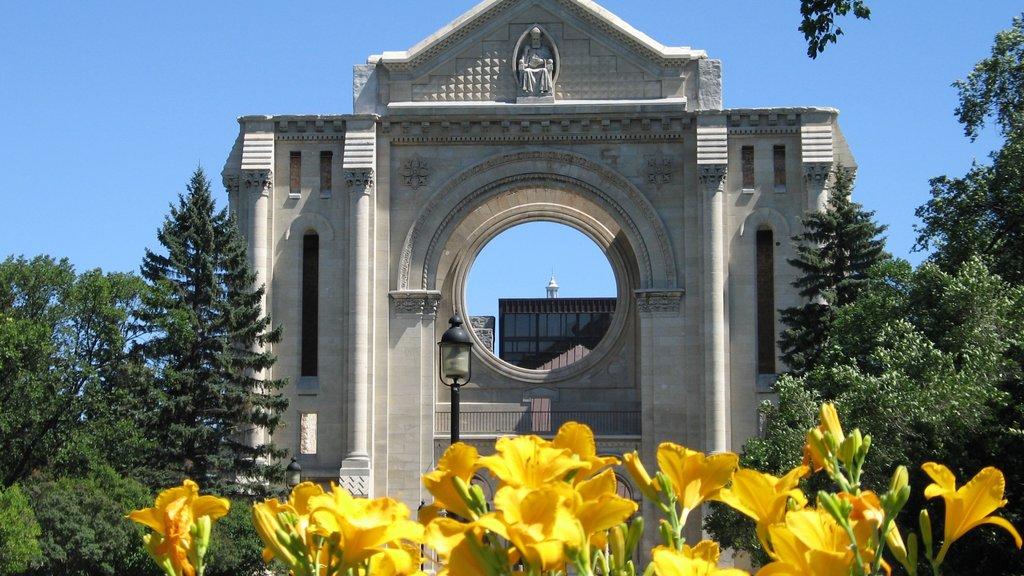 Winnipeg que incluye patrimonio de arquitectura, flores silvestres y aspectos religiosos