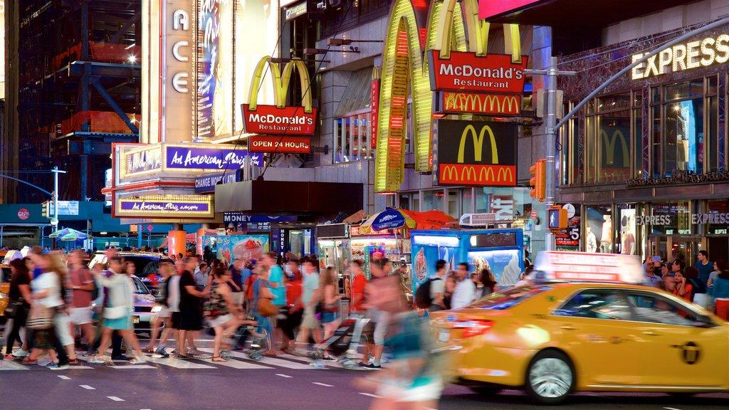 Times Square que inclui sinalização e distrito comercial central assim como um grande grupo de pessoas