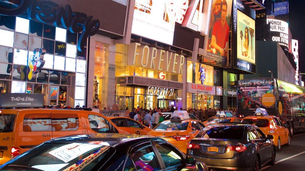 Times Square que inclui distrito comercial central, sinalização e uma cidade