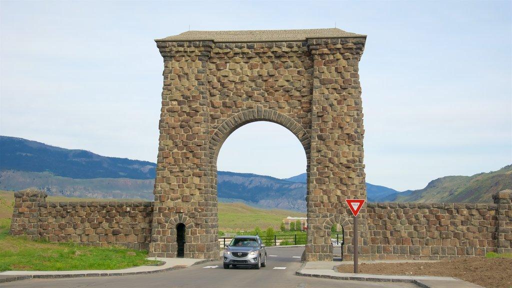 Arco de Roosevelt que incluye patrimonio de arquitectura y escenas tranquilas