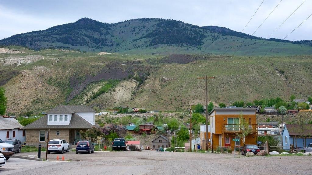 Gardiner que incluye una pequeña ciudad o pueblo, vistas de paisajes y escenas tranquilas