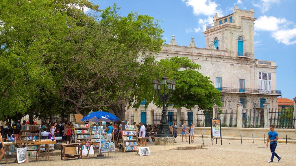 Plaza de Armas ofreciendo arte al aire libre y mercados