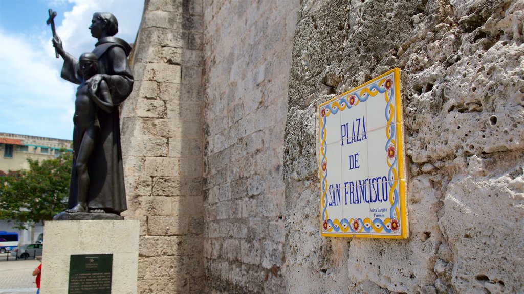 La Habana mostrando una estatua o escultura, señalización y elementos religiosos