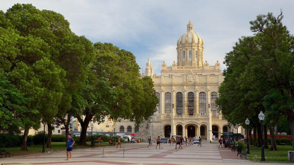 Museum of the Revolution ofreciendo un parque, patrimonio de arquitectura y una iglesia o catedral