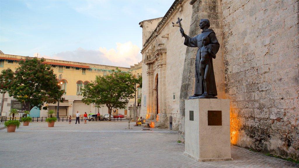 La Habana mostrando una estatua o escultura, aspectos religiosos y un parque o plaza