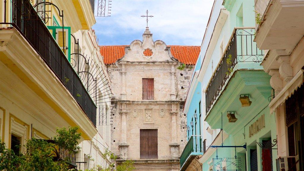 Old Havana mostrando una iglesia o catedral y elementos del patrimonio
