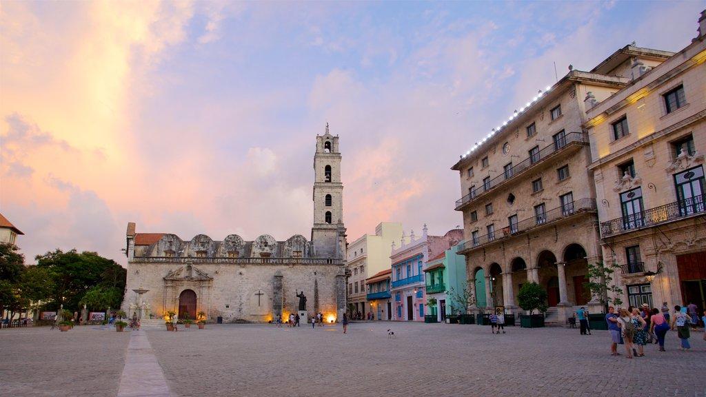 La Habana ofreciendo una puesta de sol, una iglesia o catedral y elementos del patrimonio