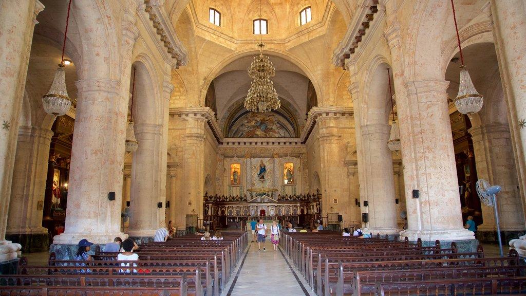 Havana Cathedral ofreciendo vistas interiores, elementos del patrimonio y una iglesia o catedral