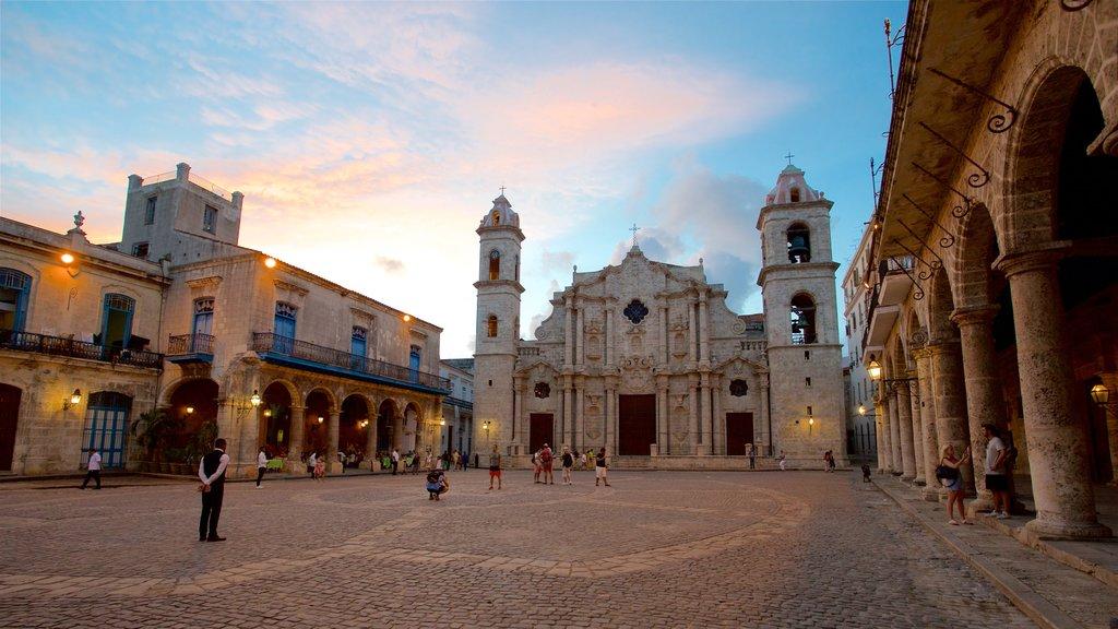 Havana Cathedral que incluye una puesta de sol, una iglesia o catedral y un parque o plaza