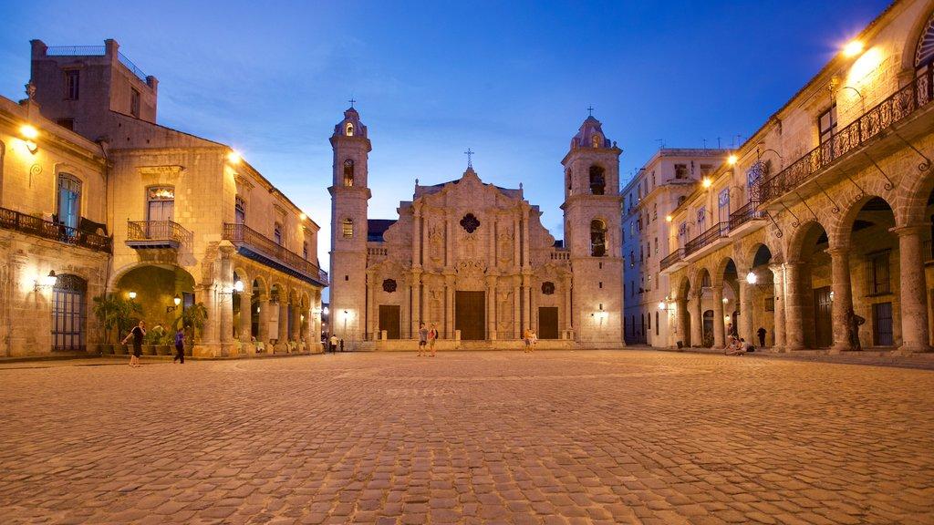 Havana Cathedral mostrando un parque o plaza, escenas nocturnas y patrimonio de arquitectura