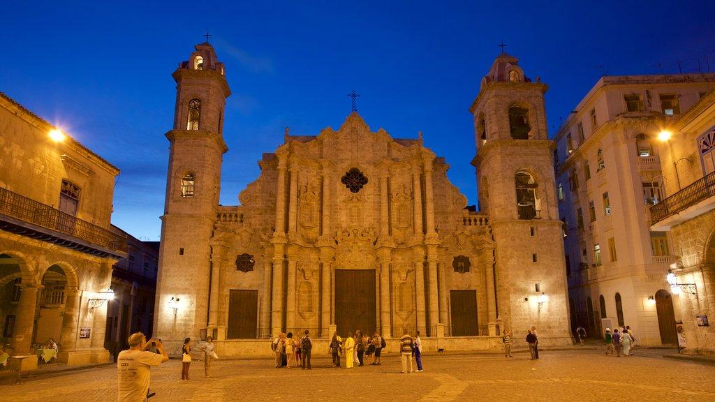 Havana Cathedral ofreciendo patrimonio de arquitectura, escenas nocturnas y un parque o plaza
