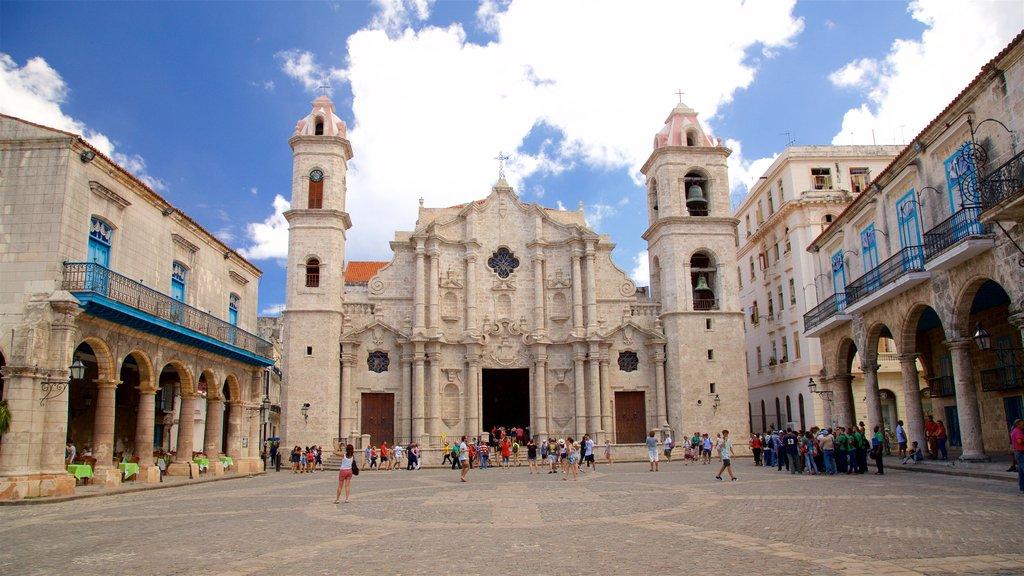 Cathedral Square que incluye un parque o plaza, patrimonio de arquitectura y una iglesia o catedral