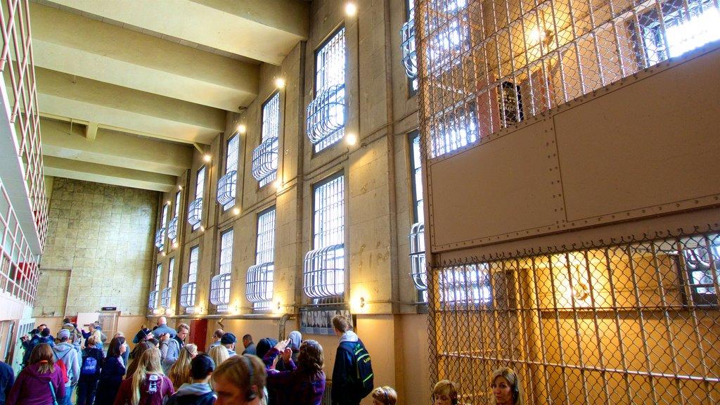 Alcatraz Island caracterizando elementos de patrimônio e vistas internas assim como um pequeno grupo de pessoas