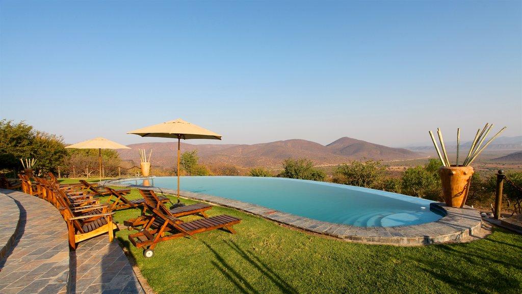 Opuwo mostrando una alberca, vistas al desierto y escenas tranquilas