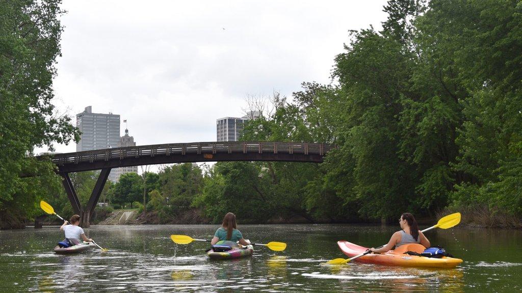 Fort Wayne ofreciendo kayak o canoa, un puente y un río o arroyo